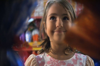 Filme Feliz Pascoa, com a imagem de Camila em frente ao mercado. Foto: Arquivo Cinema Nosso.