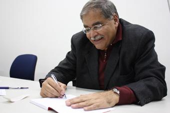 Venício Lima autografando sua obra recém lançada. Foto Bia Barbosa/Carta Maior.