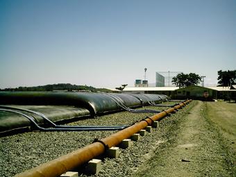 O primeiro nível das bolsas que estão contendo os resíduos dragados no Canal do Fundão. Serão três camadas soterradas num projeto urbanístico na região. Foto: Eduardo Sá/Fazendo Media.