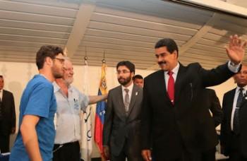 Nicolás Maduro na Universidade de Brasília com Daniel Iliescu (UNE), João Pedro Stédile (MST) e Maximilien Arveláiz (embaixador venezuelano no Brasil) (Foto: Prensa Miraflores)