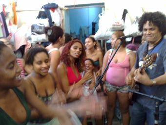 Uma das atividades musicais na 73ª DP, carceragem feminina em Mesquita, na Baixada Fluminense. Foto: Arquivo Kalil.