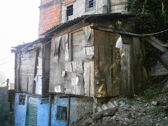 Uma das habitações precárias no Morro da Providência, numa das escadas ao lado da UPP. Foto: Eduardo Sá/Fazendo Media.