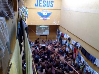 Cine Clube num dos coletivos da 37ª DP, em Duque de Caxias. Foto: Arquivo Kalil.