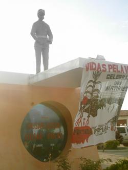 Estátua do Capitão Lamarca na cidade onde ele foi assassinado, em Pintada-BA. Foto: Eduardo Sá.
