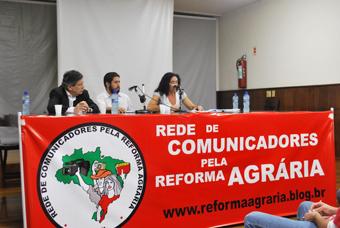 Da esquerda para a direita: o jornalista Paulo Henrique Amorim, e Marina Santos da coordenação nacional do MST. Foto: Gabriel Bernardo/Fazendo Media.