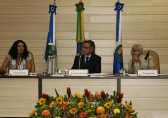 Da esquerda para a direita Marina dos Santos (coordenação MST), Sérgio Verani (diretor-geral da Emerj) e Miguel Baldez (professor do Ibmec). Foto: Rosane Naylor.