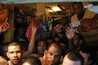 Superlotação, inalubridade e mortes na Polinter em Neves. Foto: www.marcelofreixo.com.br