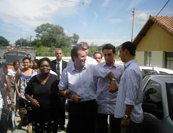 Prefeito Eduardo Paes chegando com os moradores do Urubu no conjunto do projeto de habitação Minha Casa, Minha Vida. Foto: Eduardo Sá/Fazendo Media.