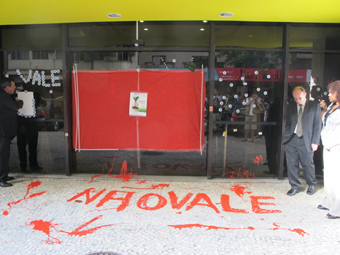 """Em ação simbólica, a porta da transnacional foi lacrada e com tin ermelha os ativistas escreveram """"Não vale!""""."""