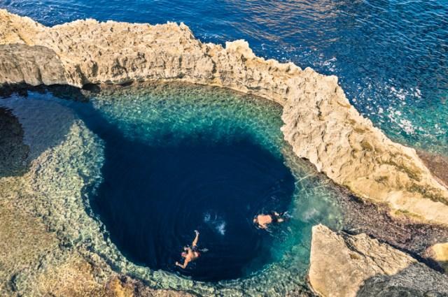 Piscina natural de água cristalina entre as pedras