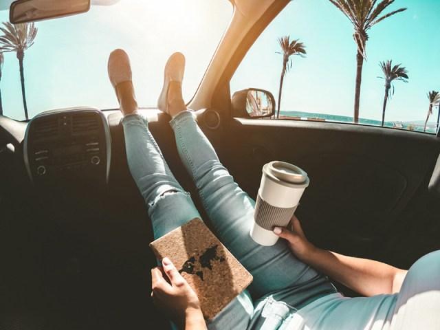 menina no intercâmbio, dentro do carro na praia