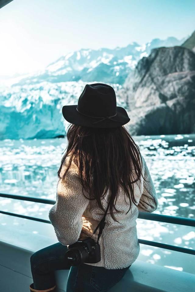 viaje sem sair de casa: mulher em um barco no parque nacional do alasca