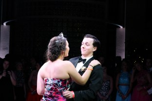After being crowned 2016 Prom King and Queen, seniors Henry Miller and Oaks dance. Photo by Shelby Pennington.