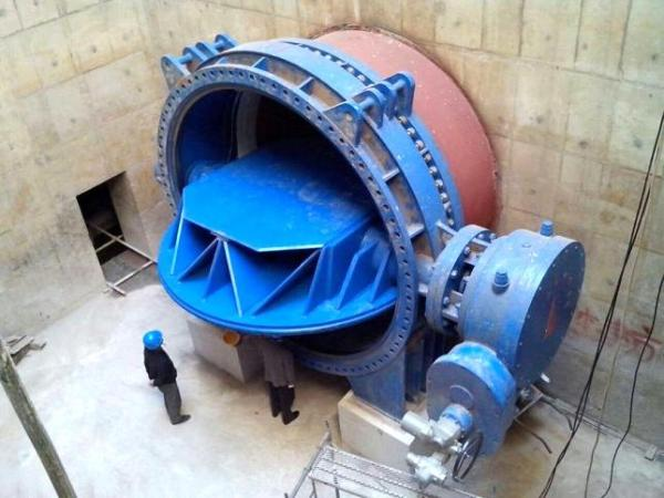Picture of the butterfly plate opening of the large butterfly valve during construction