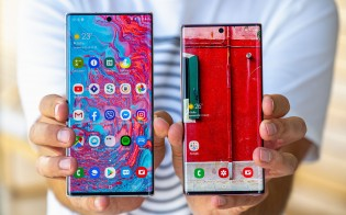 Samsung Galaxy Note10+ and the Galaxy Note10 in hand