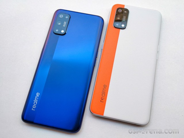Realme 7 Pro Mirror Blue variant (left) with Realme 7 Pro SE (right)