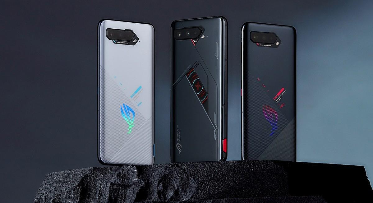 Asus ROG Phone 5s (dalam Storm White) dan ROG Phone 5s Pro (dalam Phantom Black)
