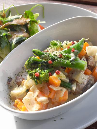 チキンソテー 春野菜のクリームソース仕立て