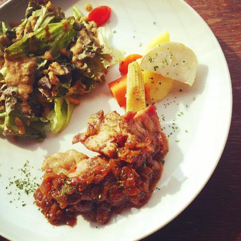 温野菜とチキンのグリル オニオンソース