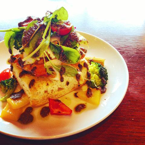 チキンとグリル野菜のオープンサンド