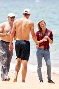 Brooklyn+Decker+wanders+down+beach+Hawaii+3nvWNQOEfU7l