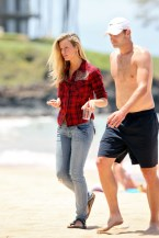 Brooklyn+Decker+wanders+down+beach+Hawaii+hYW4a4jrbuyl