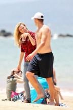 Brooklyn+Decker+wanders+down+beach+Hawaii+QTrnLwbiCSIl
