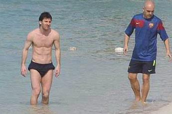 Lionel Messi Shirtless Training at Abu Dhabi beach (3/6)