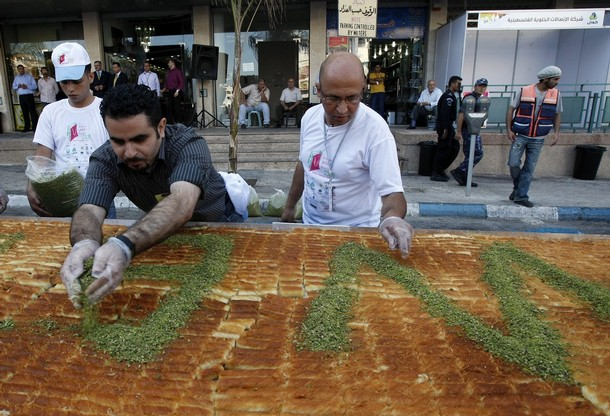 MIDEAST-PALESTINIAN-LIFESTYLE-SWEETS-RECORD-KNAFEH