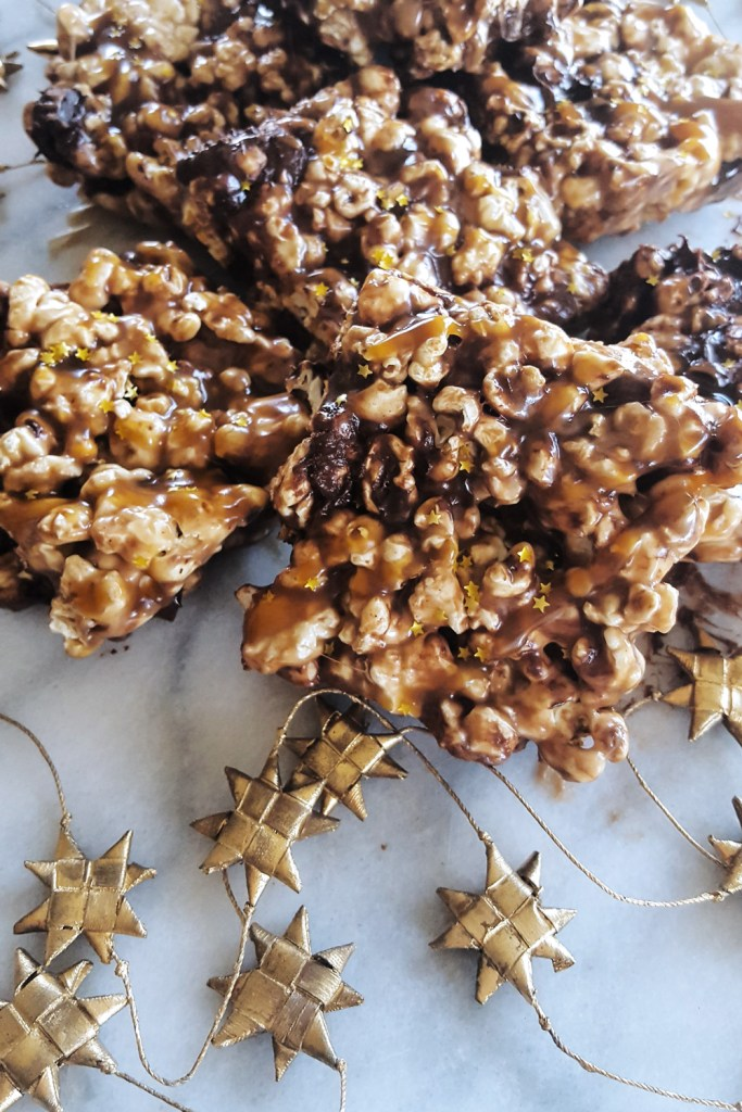 You'll be the star of #movienight with these simple Salted Caramel Popcorn Bars full of gooey #marshmallow & sweet chunks of #chocolate. #oscarnight #saltedcaramel #sweettreats | FeastInThyme.com