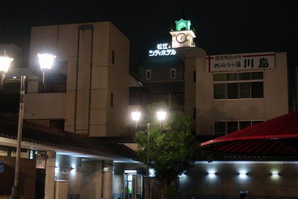 からころ広場越しのシティホテルの看板