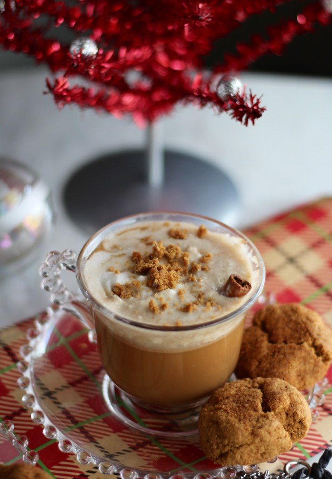 Paleo Gingerbread Lattes - a dairy-free and refined sugar-free version of a festive Christmas classic! All the flavors of gingerbread combined with your favorite coffee! | fedandfulfilled.com