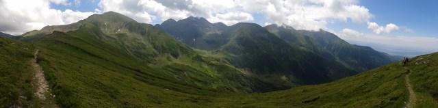Mă uit cu jind spre Șaua Gârbovei și Lacul Avrig