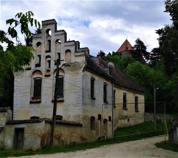 casa parohială cu cetatea țărănească în fundal