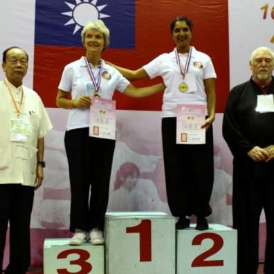 Nadine Guilman médaille de bronze et Dipika Arbez médaille d'argent à la forme 37 pas CMC – à Taipei Arena 台北小巨蛋.