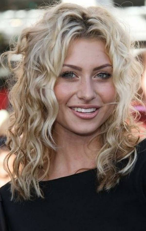 21 Curly Hairstyles For Round Faces Feed Inspiration