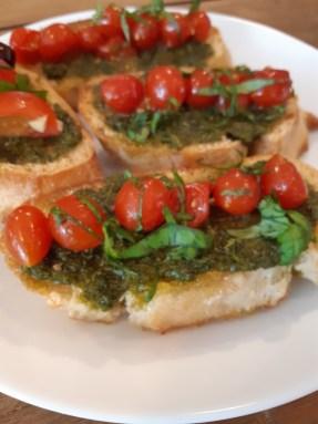 Crostini met pesto, tomaatjes en basilicum
