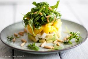 Frischer Avocado-Mango-Mozzarella-Salat