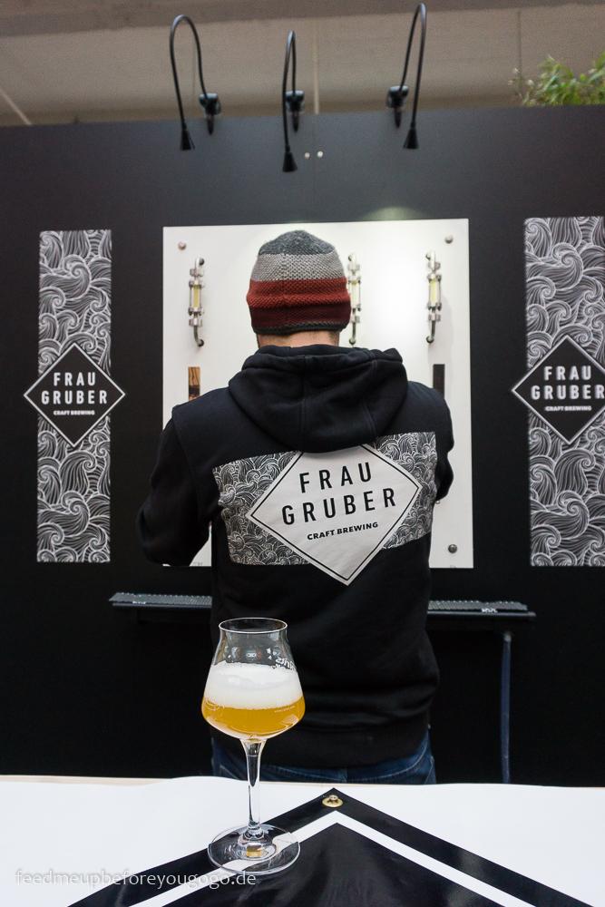 Frau Gruber Craft Beer im Glas auf der Braukunst Live
