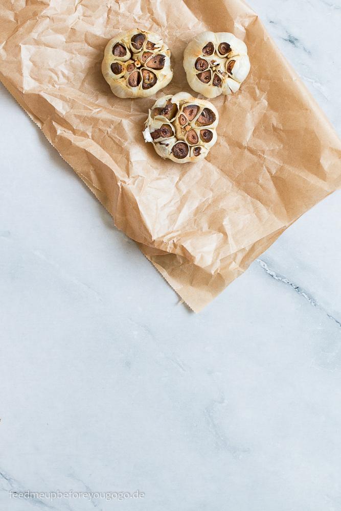 Geröstete Knoblauchknollen aus dem Ofen