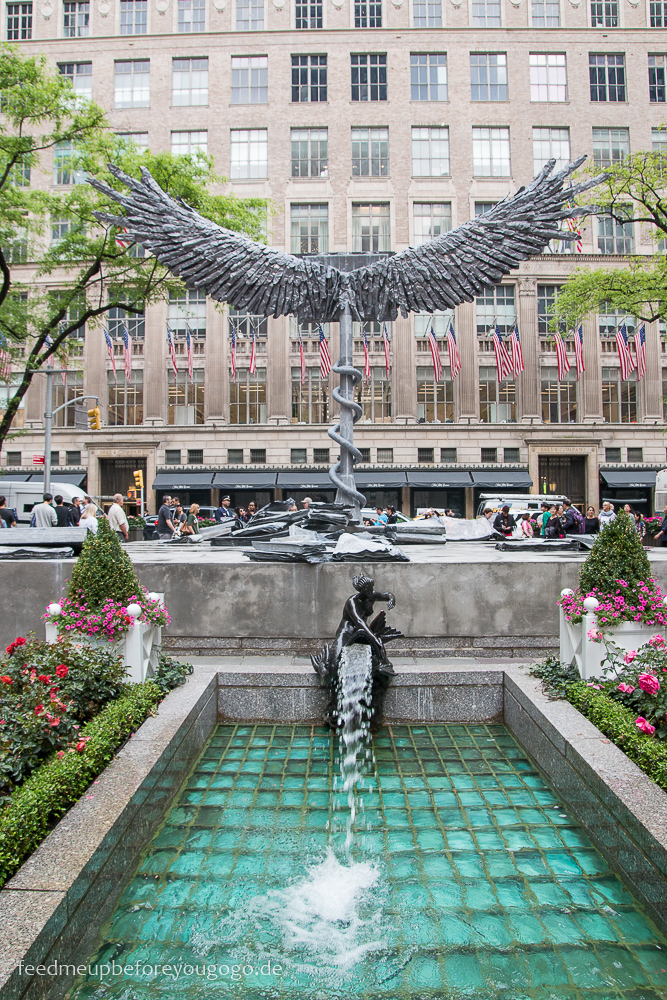 Channel Gardens am Rockefeller Center mit Anselm Kiefers Statue Uraeus Manhattan New York