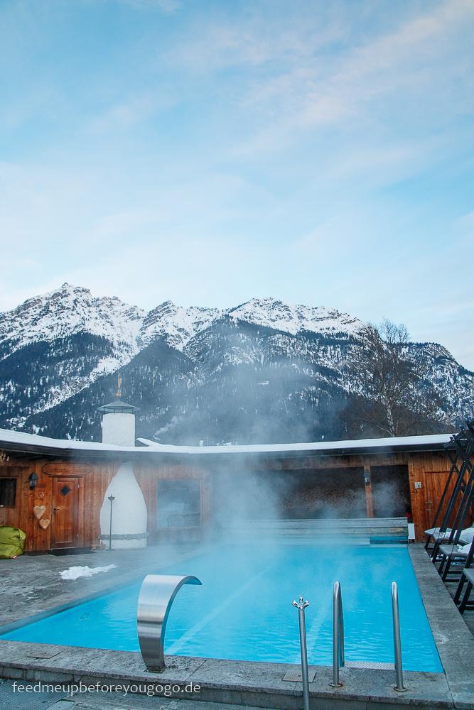 Hotel Staudacherhof Garmisch-Partenkirchen Außenpool mit Bergen