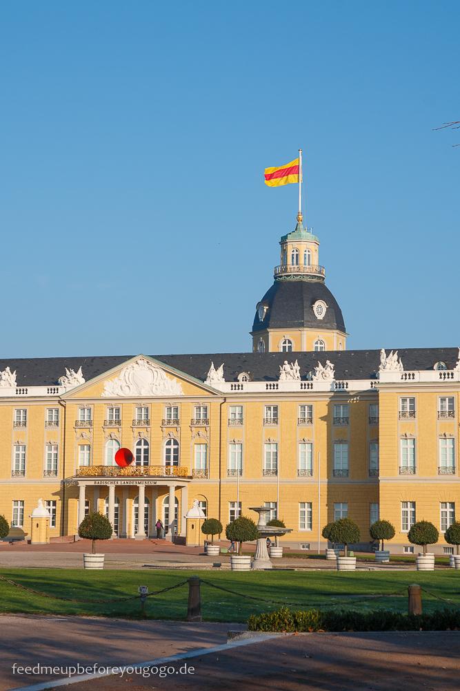 Reisetipps Karlsruhe Schloss mit badischer Flagge