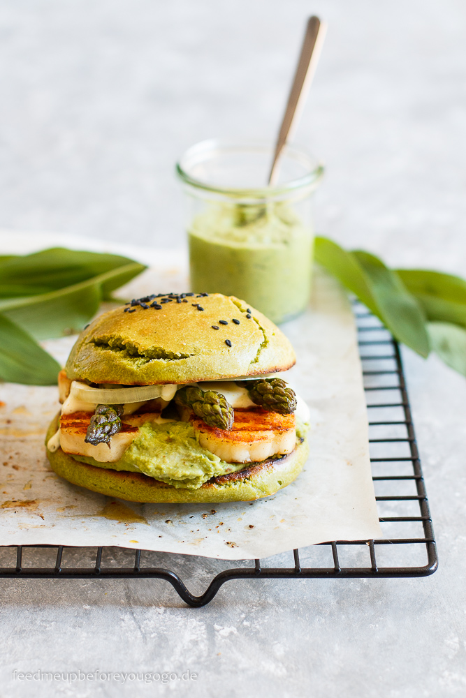 Burger Time: Vegetarischer Frühlingsburger mit Bärlauchhummus, Spargel und Halloumi