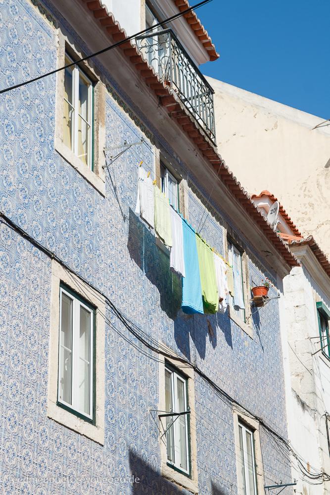 Lissabon Hausfassade mit Wäscheleine kulinarische Tipps