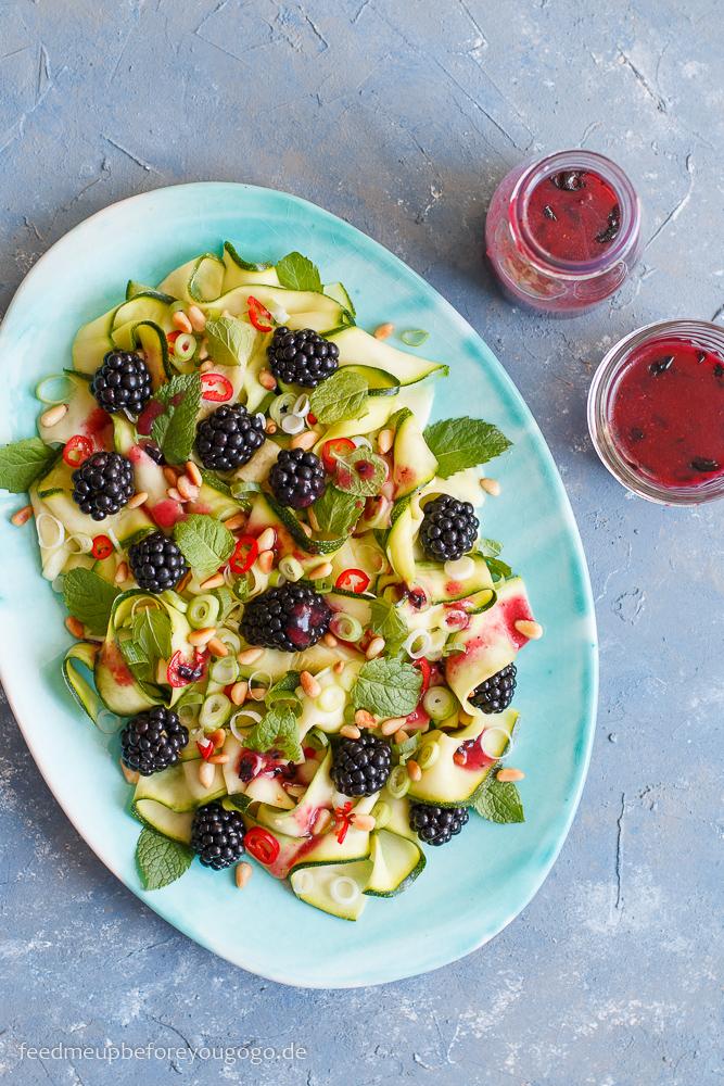 Salat mit roher Zucchini, Brombeeren und Blaubeer-Dressing Rezept