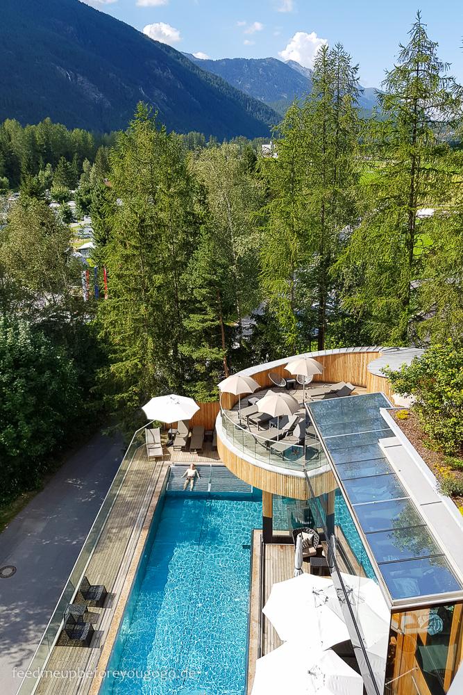 Pool mit Bergblick im Naturhotel Waldklause im Ötztal, Tirol