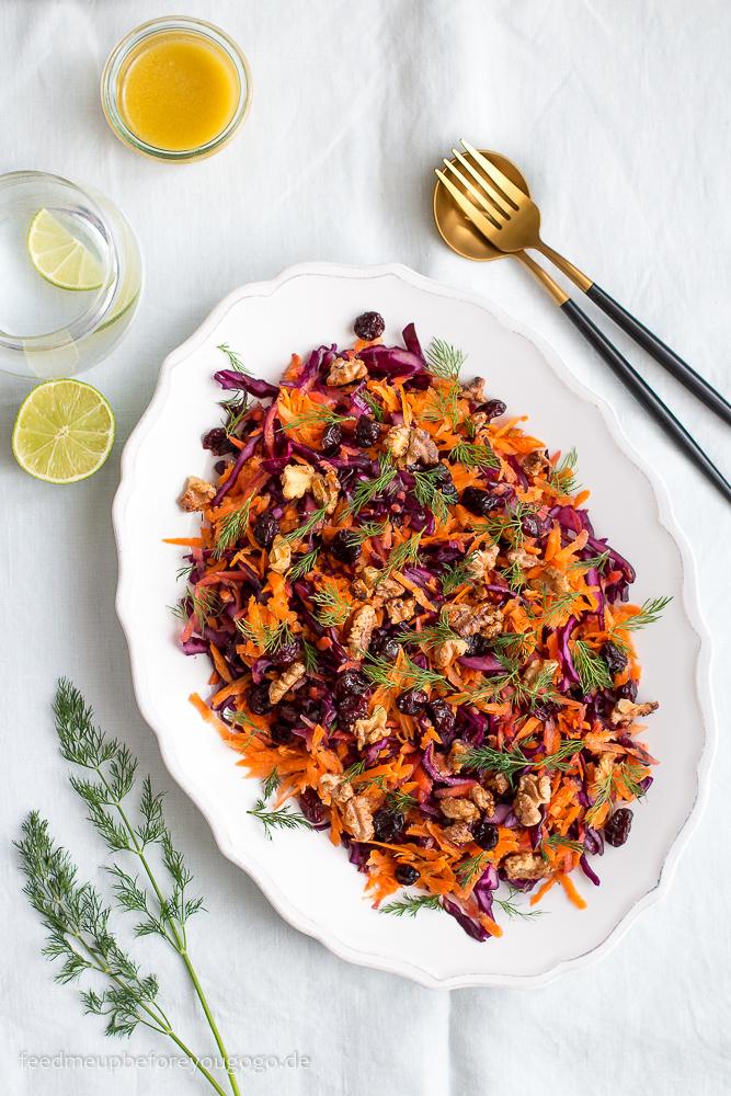 Rotkohl-Möhren-Salat mit karamellisierten Walnüssen, Cranberrys und Dill