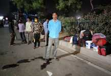 Workers leaving Delhi for fear of complete lockdown, waiting for vehicles on the highway
