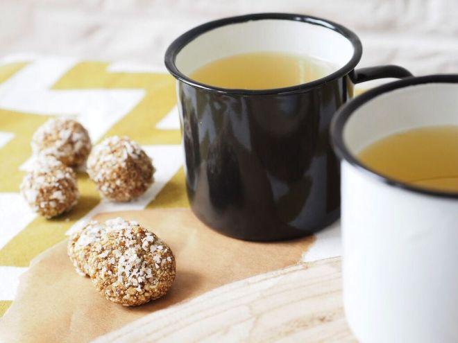 Ein gesunder Snack Energyballs Cashew Aprikose Sesam